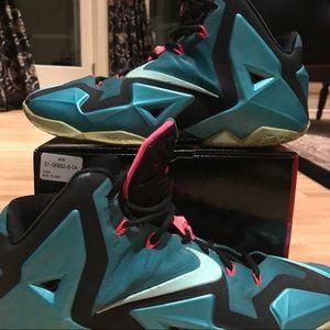 Nike Lebron XI Sneakers